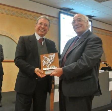 Cav Rana consegna premio a Presidente Brusati