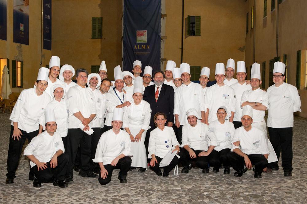 Lo Chef Luciano Tona con allievi e Maestri  degli anni verdi