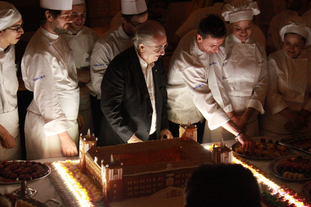 il Rettore Gualtiero Marchesi attorniato dagli Chef Pasticceri