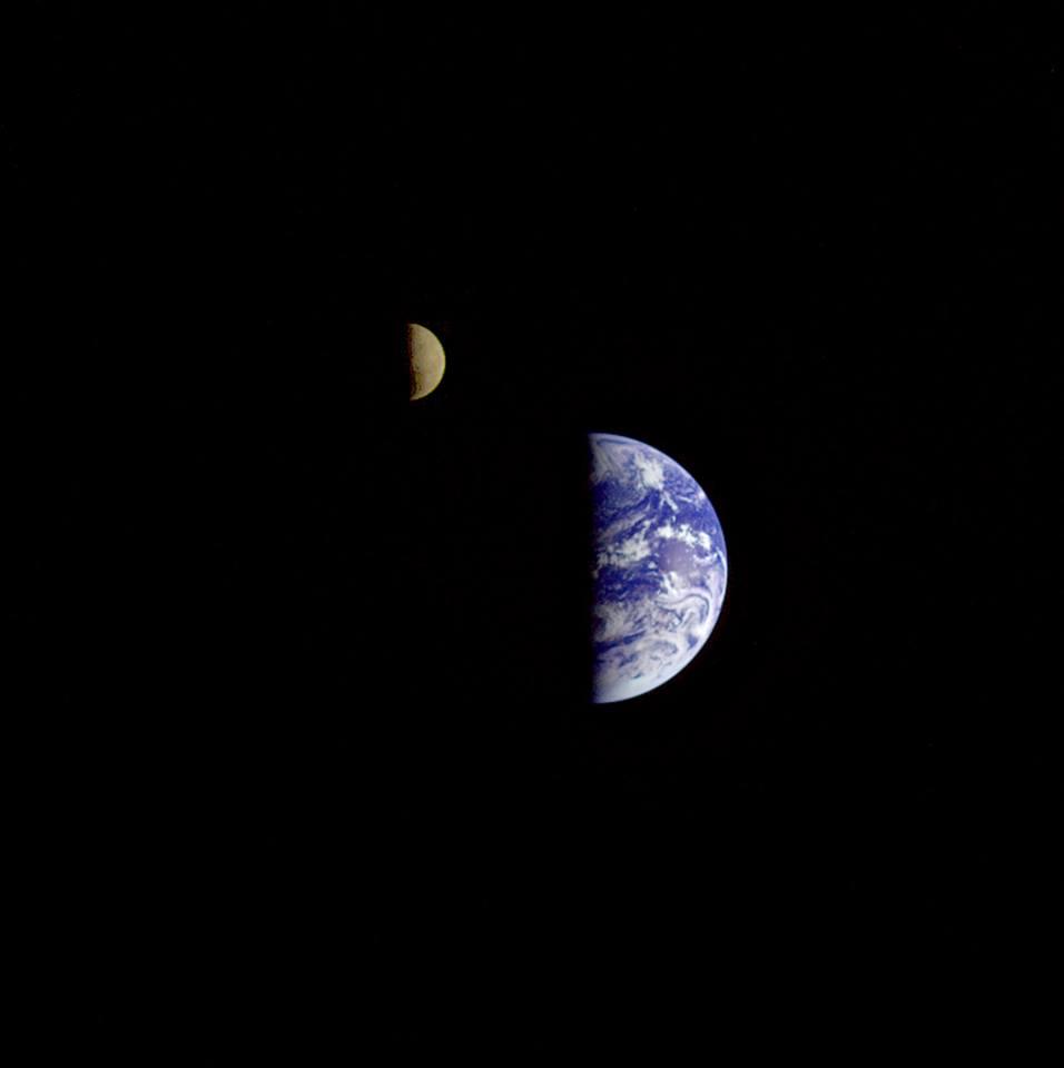 foto4-foto del sistema terra luna Terra e Luna fotografati insieme dalla sonda Galileo da 6,2 milioni di km il 16 dicembre 1992